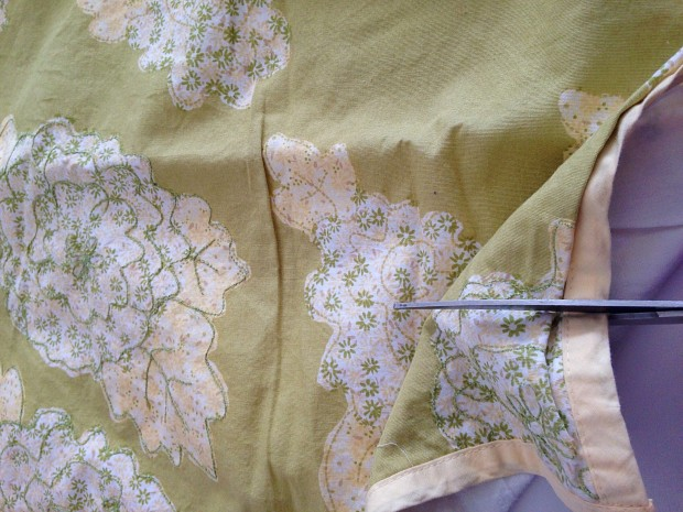 Make a no-sew apron (with a detachable towel) using a vintage pillowcase